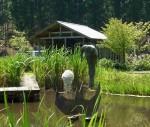 水車小屋前に佇む人物像