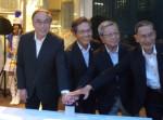 濱野品川区長、NPO神戸理事長、鶴見鎧町会長、清田権現町会長がボタンを押してイルミネーション点灯!
