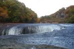 名瀑「吹割の滝」、圧巻のスケールです