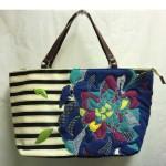 キャンバス地。夏定番のブルーのボーダー柄に大きな花のアップリケが縫いつけられてます。お手頃価格の¥7690