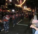 輪になって踊る東京音頭