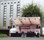 銀行前に設営されたメインステージ