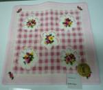 春らしいピンク地のタオルハンカチ、四隅と中央に菫の花があしらってあります。ご紹介のハンカチ全品¥1980でのご提供です。