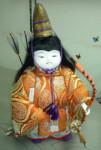 優しい眼差しながら凛々しい佇まいの武者人形をご覧ください。