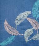 爽やかな紺地にピンク白ブルーの羽が舞う綿ストール。¥1280